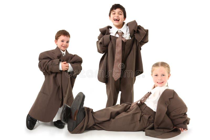 Entzückende Kinder innen über sortierten Klagen stockfotos