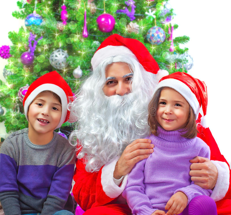 Entzückende Kinder mit Santa Claus lizenzfreies stockfoto