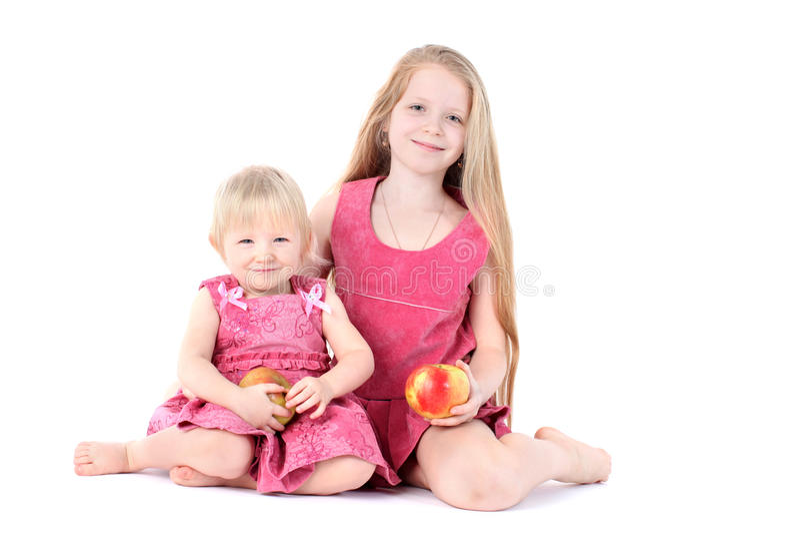 Entzückende kleine zwei Schwestern lizenzfreies stockfoto