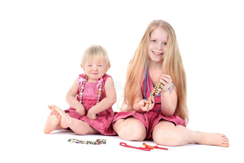 Entzückende kleine zwei Schwestern stockbild