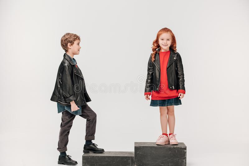 entzückende Kleinkindpaare auf Treppe lizenzfreies stockbild