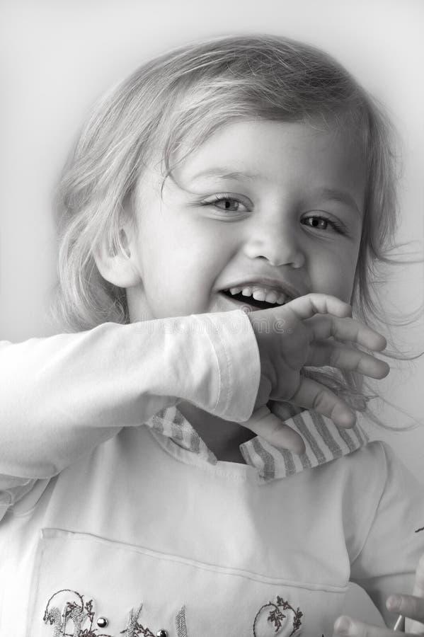 Entzückende Nahaufnahme des kleinen Mädchens stockfoto