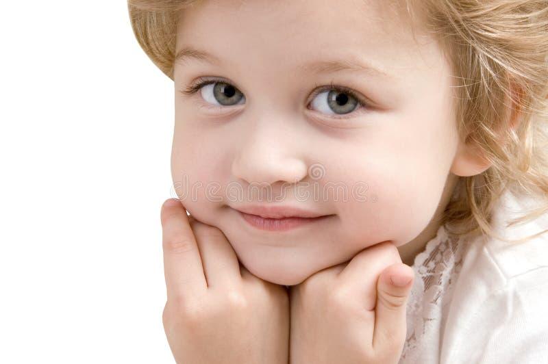 Entzückende Nahaufnahme des kleinen Mädchens auf weißem Hintergrund stockbild