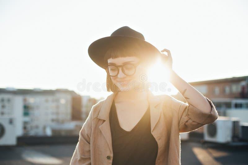 Entzückende nette Frau im Fedorahut bei Sonnenuntergang stockfotos