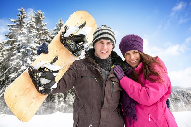 Entzückende Paare, die in der Winterzeit genießen stockfotos