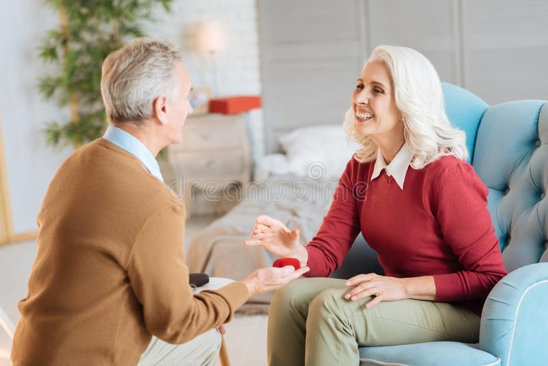 Entzückende Paare im Ruhestand, die ihren Jahrestag feiern lizenzfreies stockfoto
