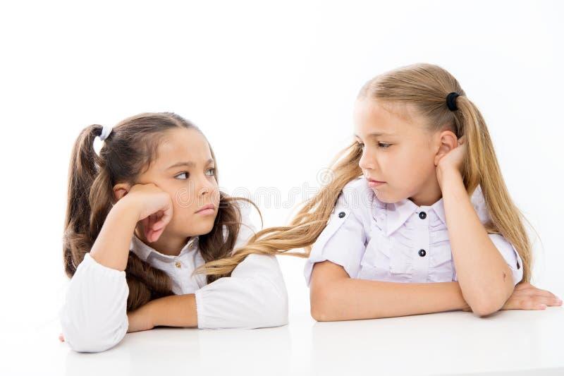 Entzückende Schulmädchen Zur?ck zu Schule getrennte alte B?cher Beste Freunde der schönen Mädchen Formale Art Gl?ckliche Kindheit stockbild