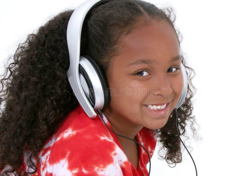 Entzückende sechs Einjahresmädchen-tragende Kopfhörer lizenzfreie stockbilder