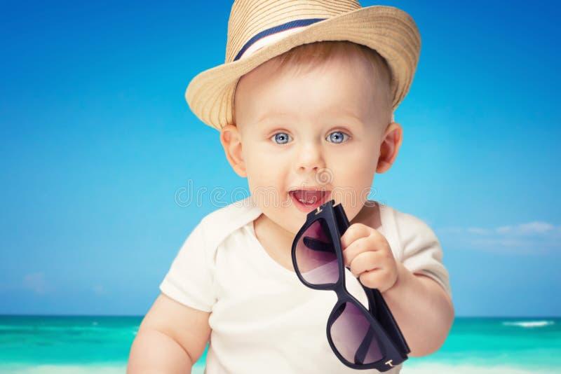 Entzückende wenig Babyaufstellung lizenzfreie stockfotografie