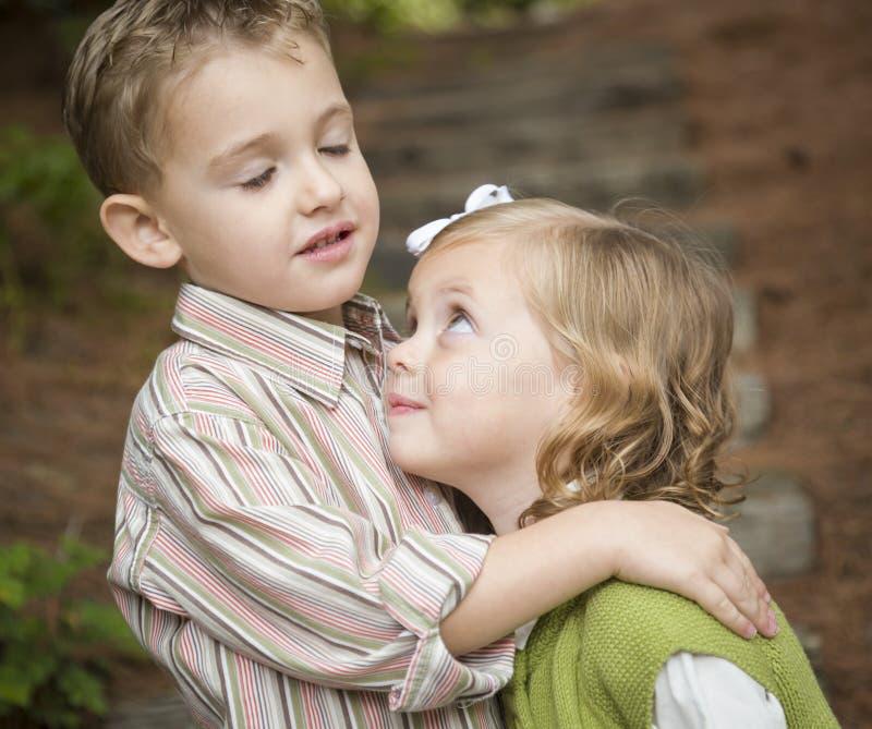 Entzückender Bruder und Schwester Children Hugging Outside stockbild