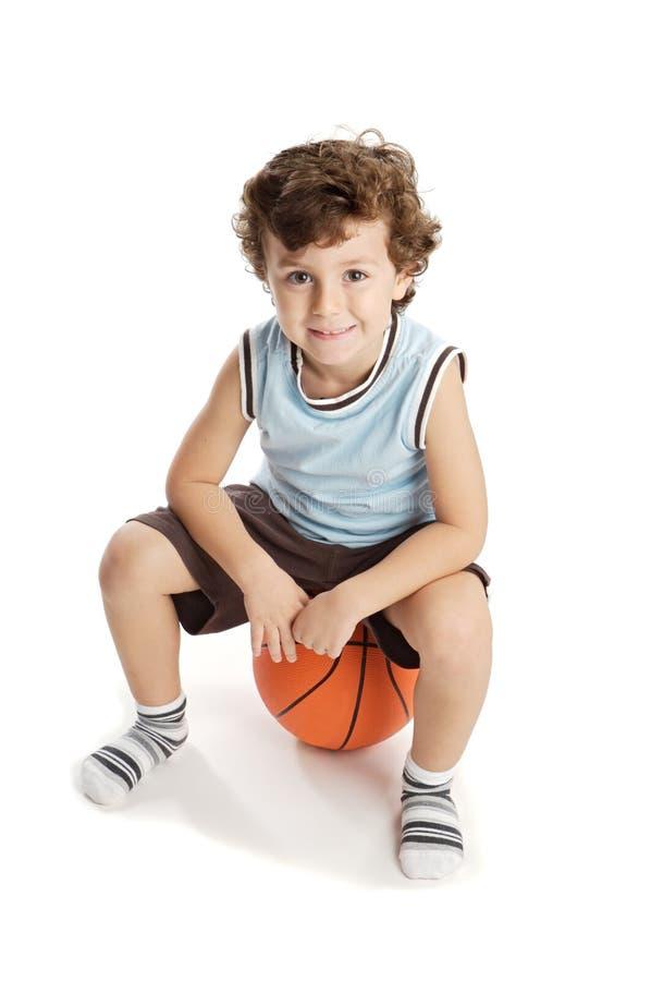 Entzückender Junge, der den Basketball spielt lizenzfreie stockfotografie
