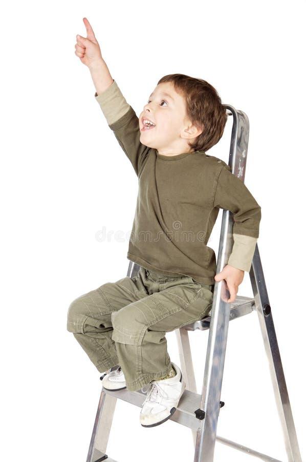 Entzückender Junge, der den Himmel ndicating ist lizenzfreie stockbilder