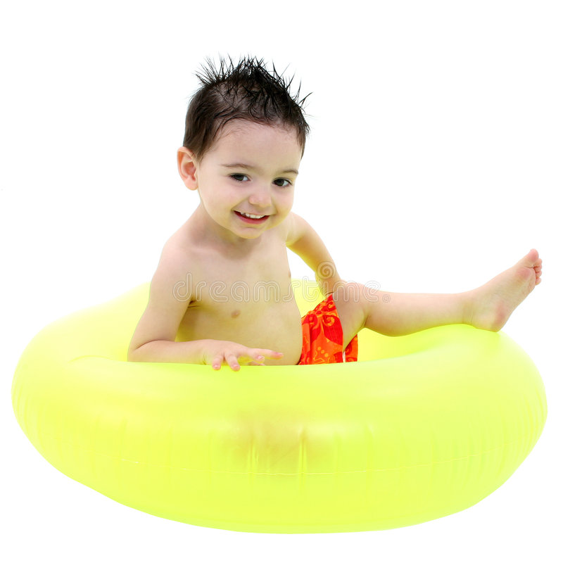 Entzückender Junge im Badeanzug, der im grünen inneren Gefäß über Weiß sitzt lizenzfreie stockfotos