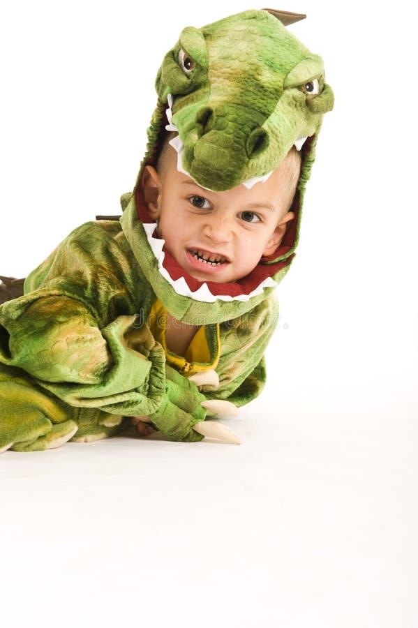 Entzückender Junge im Krokodilkostüm lizenzfreie stockfotos