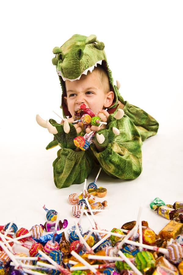 Entzückender Junge im Krokodilkostüm stockfotografie