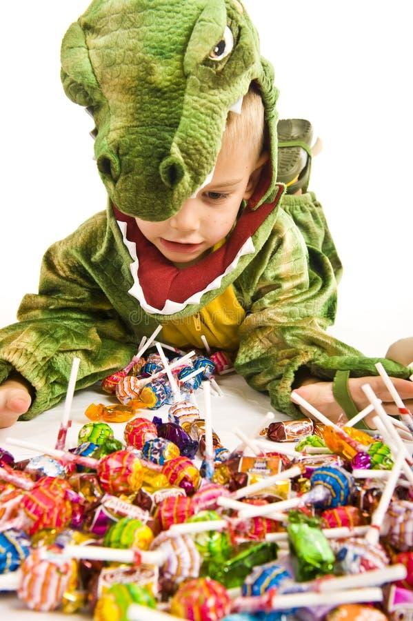 Entzückender Junge im Krokodilkostüm lizenzfreies stockfoto