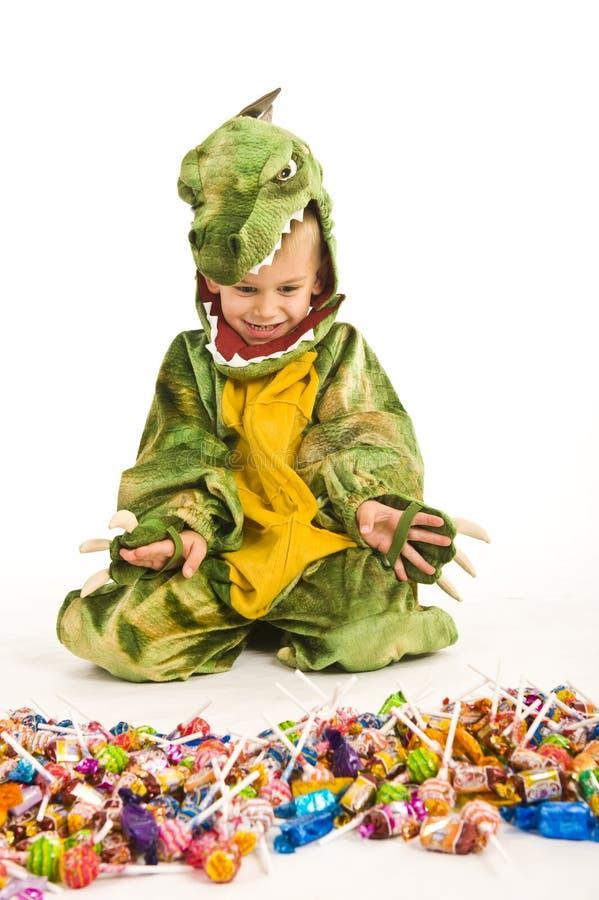 Entzückender Junge im Krokodilkostüm stockbild