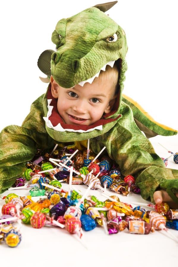 Entzückender Junge im Krokodilkostüm stockfotos
