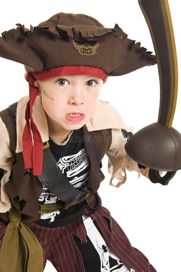 Entzückender Junge im Piratenkostüm lizenzfreie stockfotos