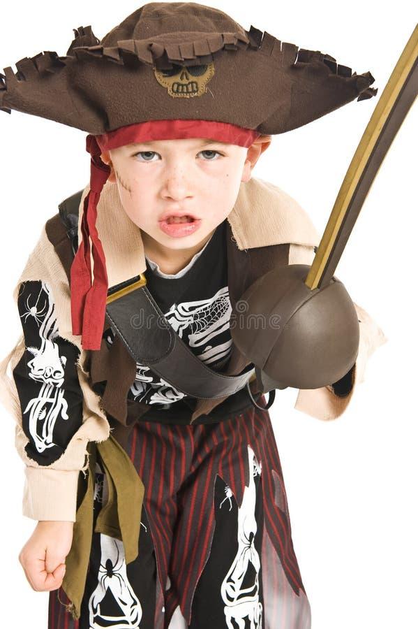 Entzückender Junge im Piratenkostüm stockfoto