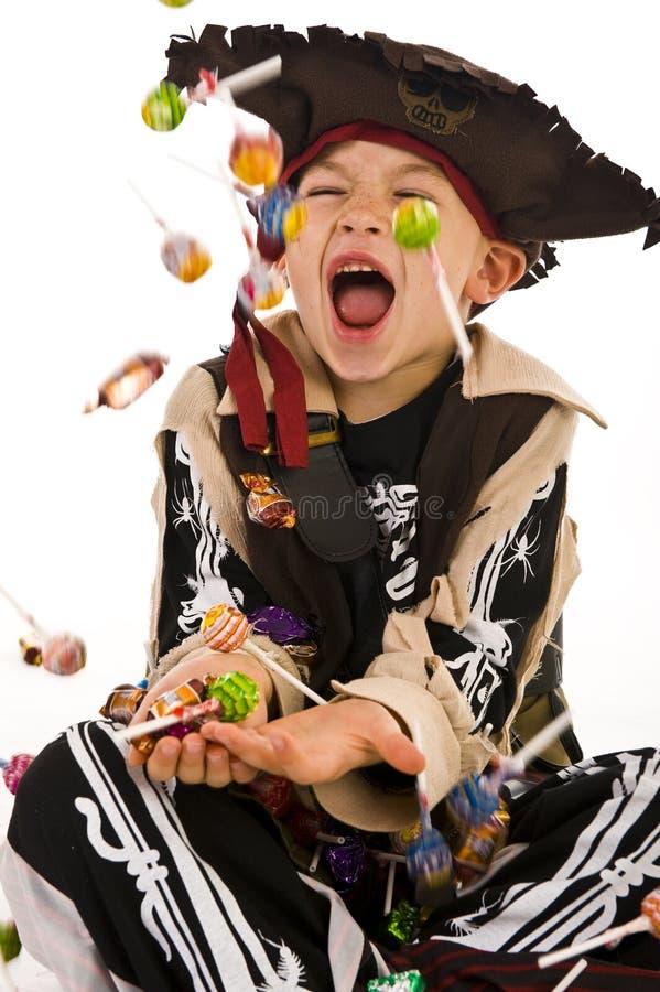 Entzückender Junge im Piratenkostüm stockfotografie