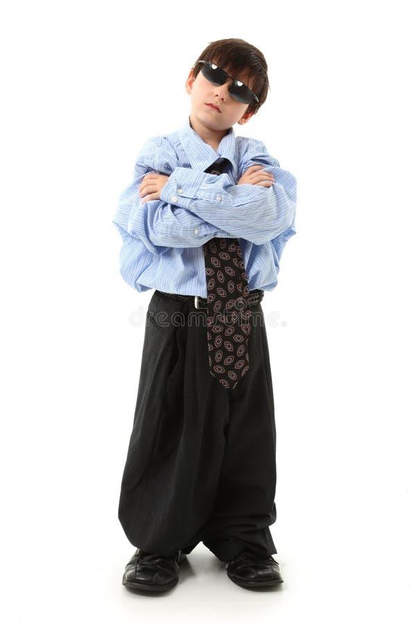 Entzückender Junge innen über sortierter Klage lizenzfreies stockbild