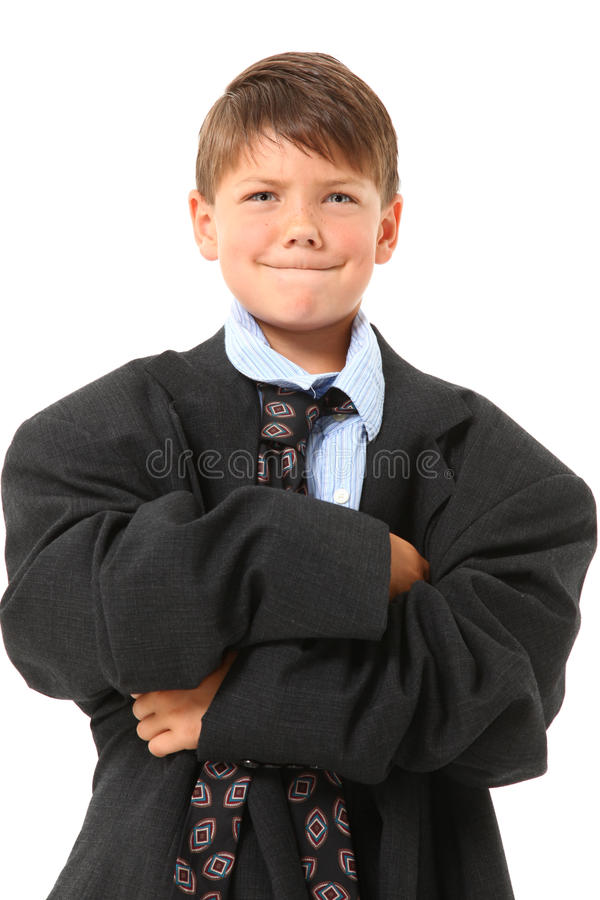 Entzückender Junge innen über sortierter Klage stockfotos