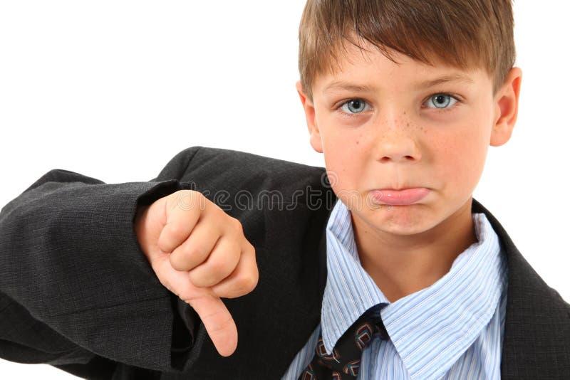 Entzückender Junge innen über sortierter Klage lizenzfreie stockfotografie