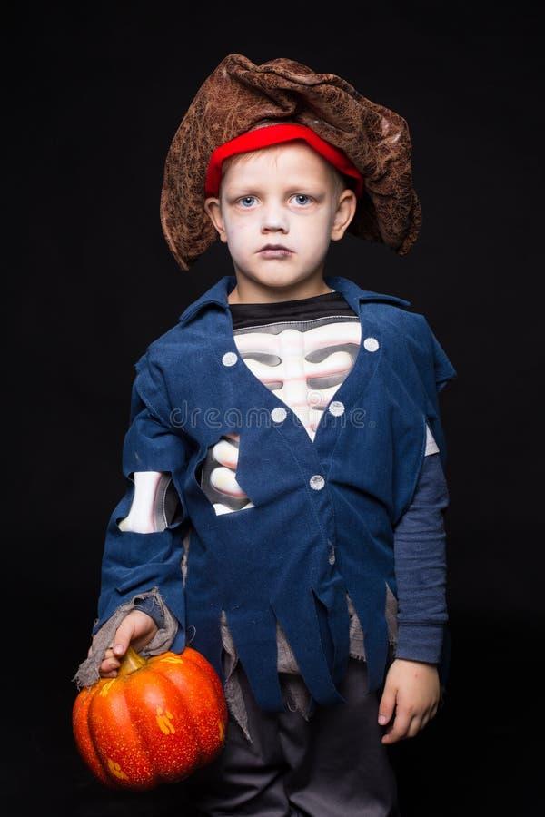Entzückender Junge kleidete in einer Piratenausstattung an und Süßes sonst gibt's Saures spielte für HalloweenLittle-Jungen in ei stockbilder