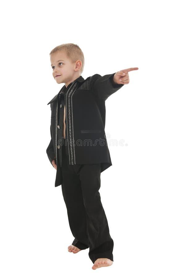 Entzückender kleiner Junge, der vortäuscht, ein rockstar zu sein lizenzfreies stockbild