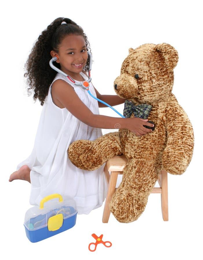 Entzückender kleiner spielender Teddybär des Doktor-To A über Weiß stockfotos
