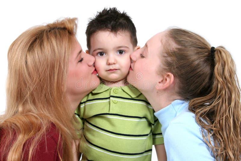 Entzückender Kleinkind-Junge mit Mädchen-Mühe stockfotos