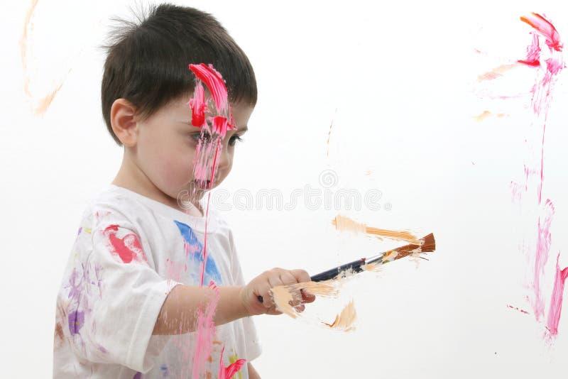 Entzückender Kleinkind-Jungen-Anstrich auf Glas lizenzfreie stockfotos