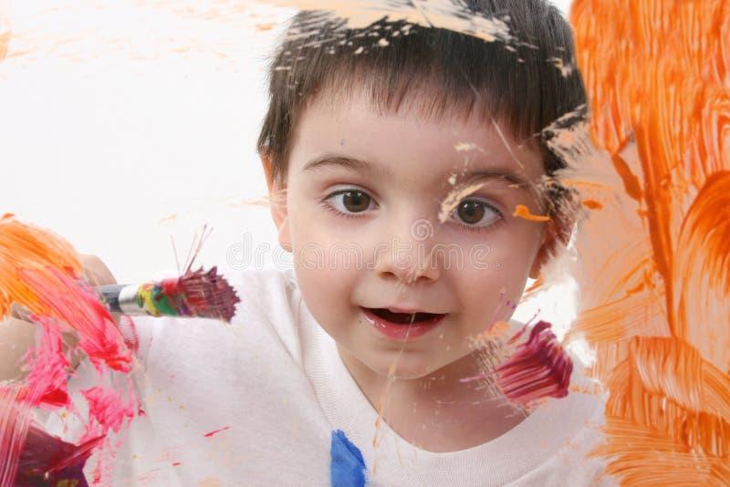 Entzückender Kleinkind-Jungen-Anstrich auf Glas lizenzfreie stockbilder