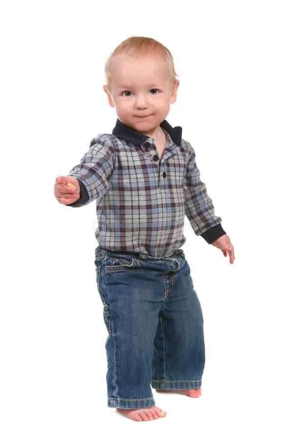 Entzückender Schätzchen-Kleinkind-Junge, der oben steht lizenzfreie stockfotos