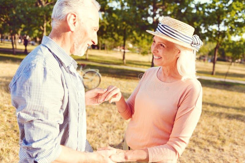 Entzückendes älteres Paartanzen im Park lizenzfreies stockbild