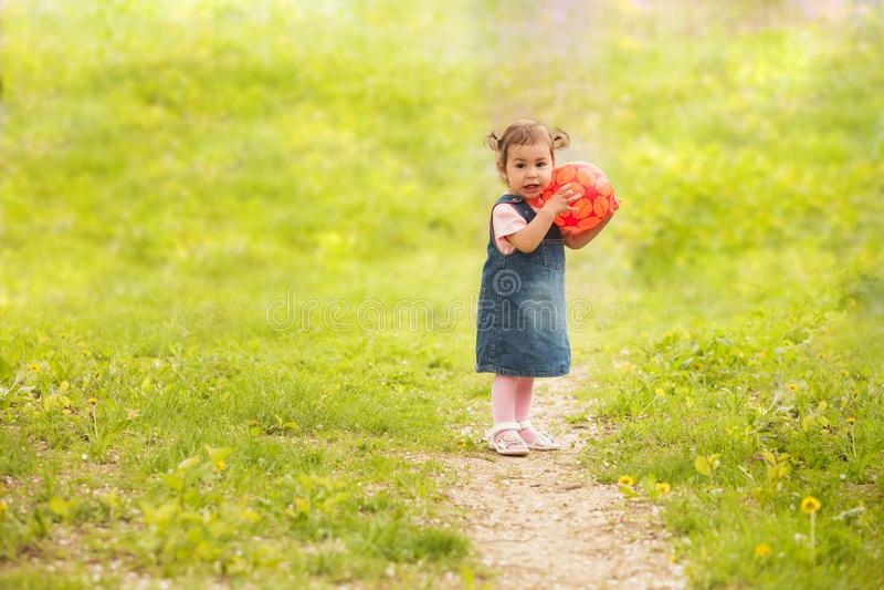 Entzückendes Baby, das draußen spielt stockbild