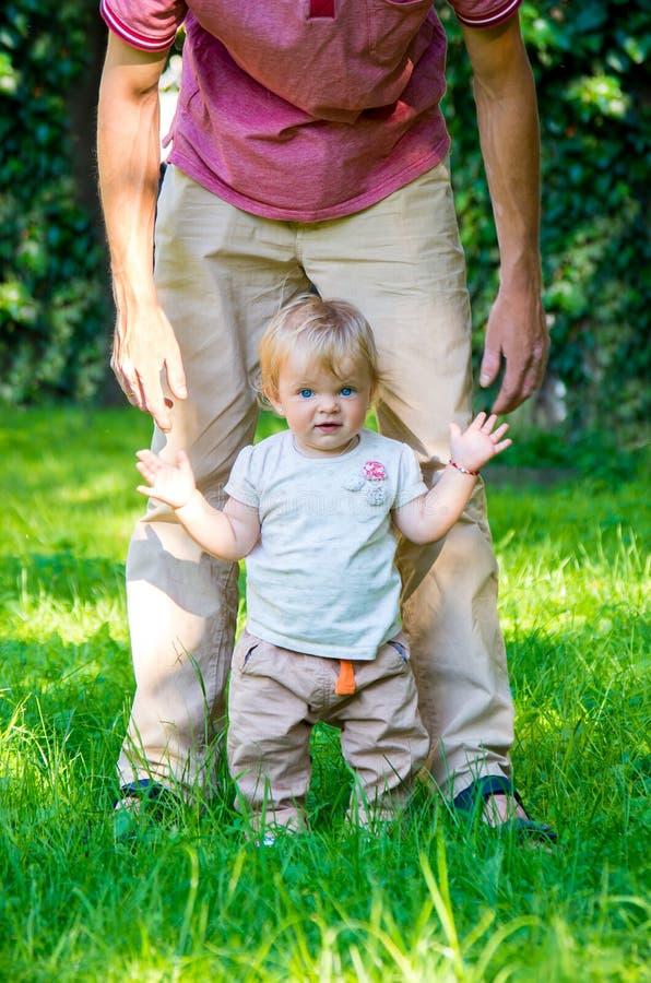 Entzückendes Baby, das erste Jobstepps macht stockbilder