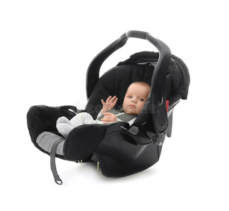 Entzückendes Baby, das im Autositz mit Sicherheitsgurt sitzt lizenzfreie stockbilder