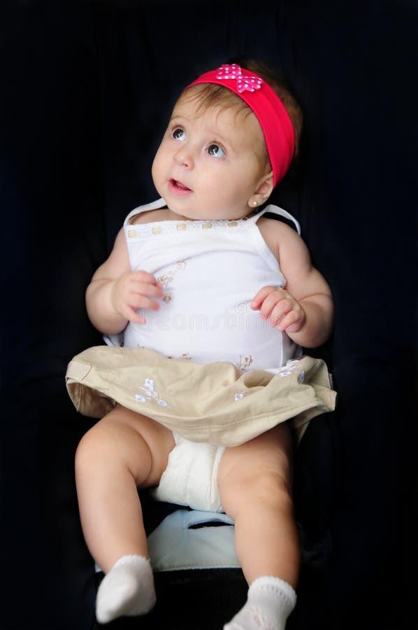 Entzückendes Baby, das oben sitzt und schaut stockfotografie