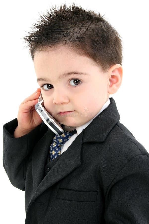 Entzückendes Baby in der Klage auf Mobiltelefon lizenzfreie stockfotos