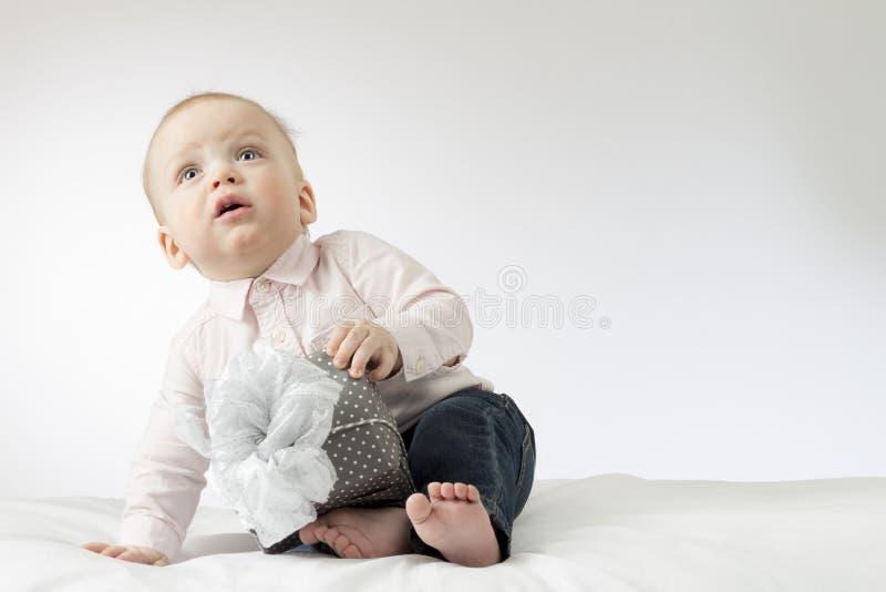 Entzückendes Baby mit einem Geschenk Postkarte für Muttertag oder irgendeinen Feiertag Netter Säuglingsjunge, der mit einem Gesch lizenzfreie stockfotos
