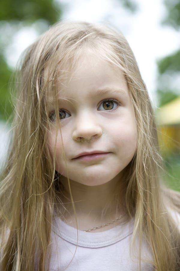 Entzückendes blondes Kindmädchen stockfotos