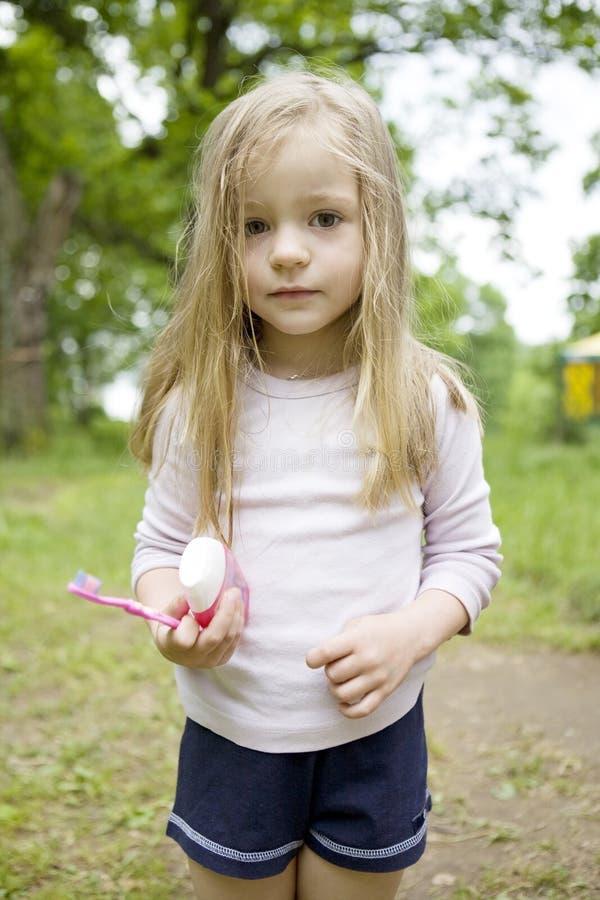 Entzückendes blondes Kindmädchen möchten ihre Zähne säubern lizenzfreie stockbilder