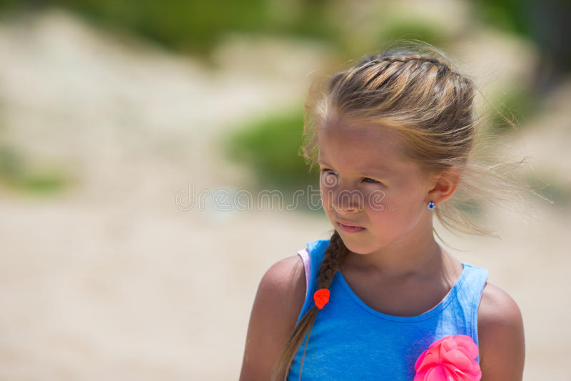 Entzückendes glückliches lächelndes kleines Mädchen auf Strand lizenzfreies stockfoto