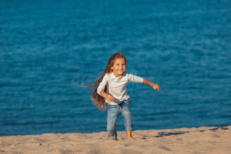 Entzückendes glückliches lächelndes kleines Mädchen auf Strand lizenzfreies stockbild