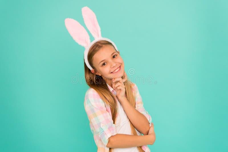 Entzückendes Herzchen Nettes Häschenohrstirnband des kleinen Mädchens tragendes In der Osterhasenkleidung recht schauen kleines M stockfoto