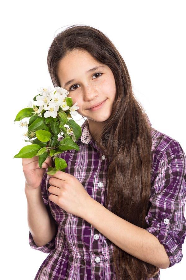 Entzückendes jugendlich Mädchen mit Birnenblumen lizenzfreie stockbilder