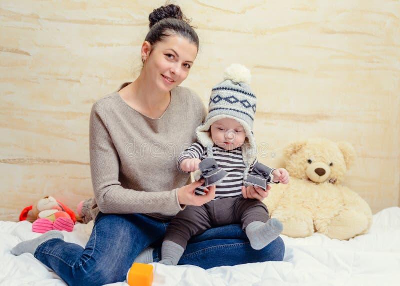 Entzückendes junges Baby in einer Winterausstattung lizenzfreie stockbilder