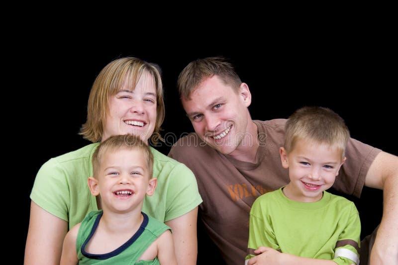 Entzückendes junges Familienspielen stockbild